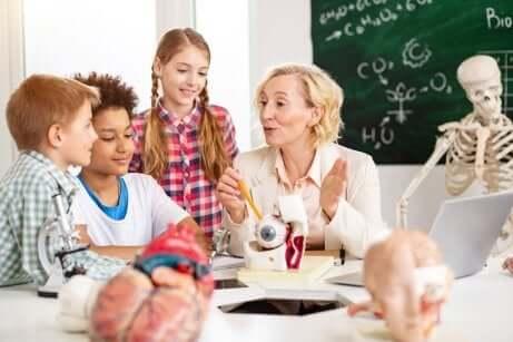 Des élèves et un professeur.