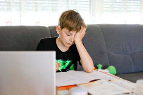Un enfant ayant des difficultés d'apprentissage.