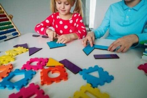 Un enfant en apprentissage des mathématiques en jouant.