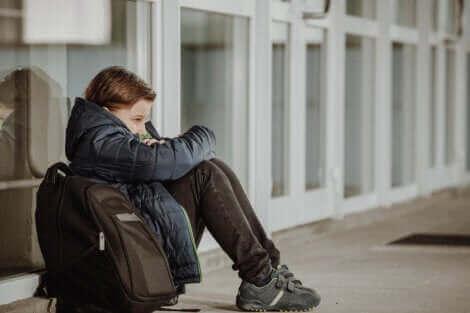 Un enfant assis seul.