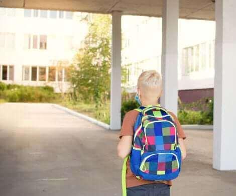 Un enfant arrivant au collège.