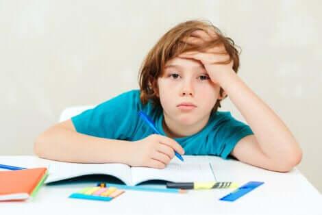 Un enfant fatigué par ses devoirs.