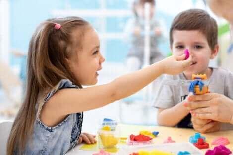 Des enfants jouant avec de la pâte à modeler.
