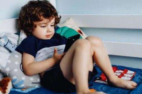 Un enfant jouant sur un téléphone.