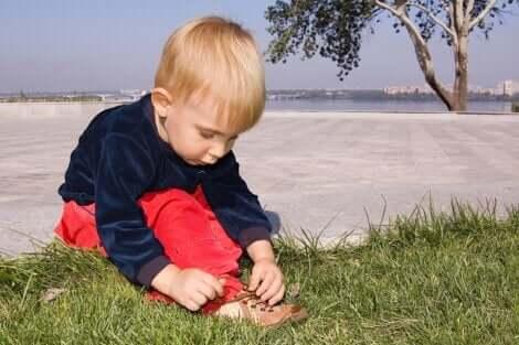 Un enfant qui apprendre à lacer ses chaussures.