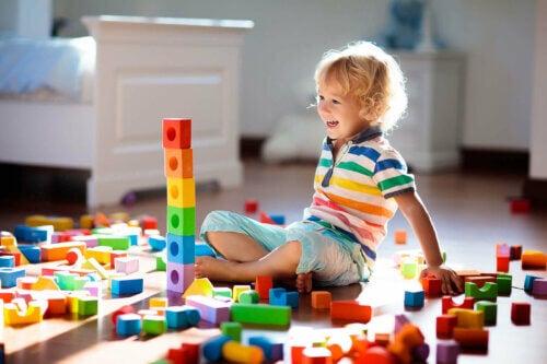 Un enfant et l'apprentissage par le jeu.