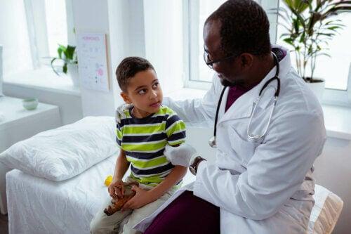 Un enfant chez le pédiatre.