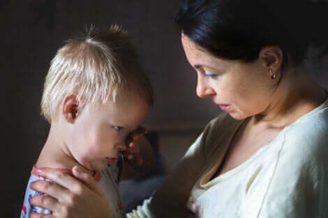 Une mère en discussion avec son enfant.