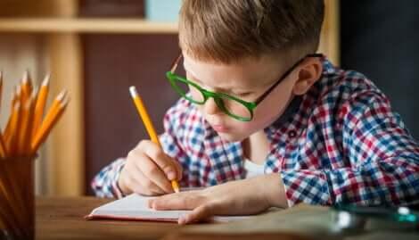 Un enfant qui écrit.