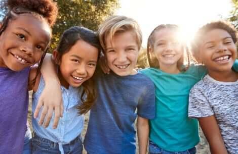 Un groupe d'enfants amis.