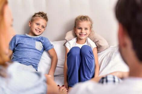 Deux enfants qui échangent avec leurs parents.