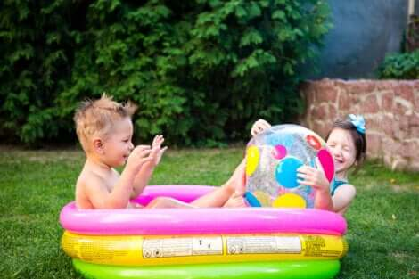 Deux enfants qui jouent dans une piscine.