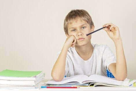Un enfant faisant ses devoirs.