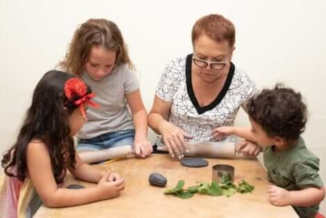 Une famille qui joue avec de la pâte à modeler.