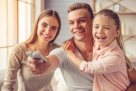 Une famille qui regarde la télévision.