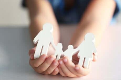 Des figurines qui forment une famille.