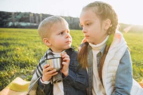 Un frère et une sœur fâchés dans un champ.