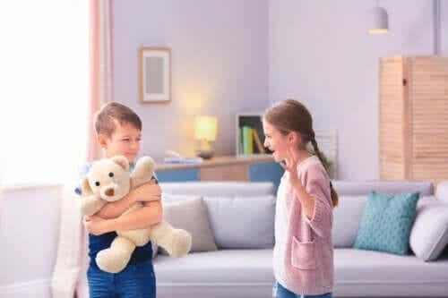 Vos enfants se battent sans arrêt ? Essayez ces outils éducatifs