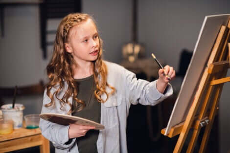 Une jeune fille qui peint.