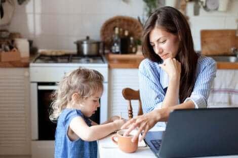 Une fille apportant le café à sa mère.