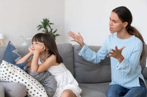 Une mère qui crie sur sa fille.