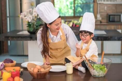 Une mère et un fils qui cuisinent.