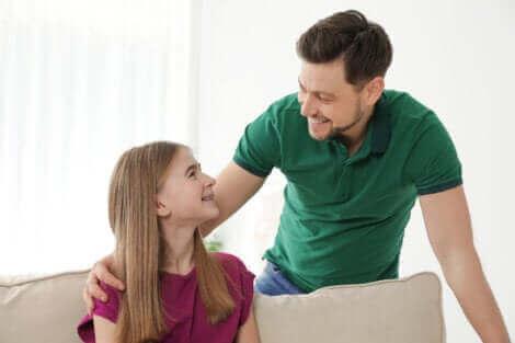 Un père et sa fille discutant.
