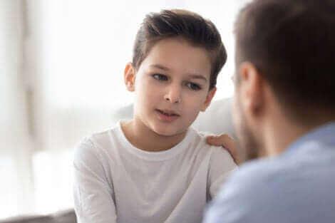 Un père et son fils discutant.