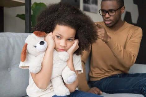 Un père qui réprimande sa fille.