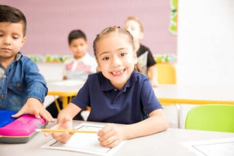 Une petite fille à l'école.