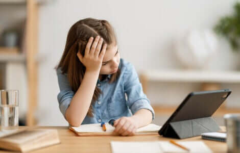Une petite fille frustrée par ses devoirs.