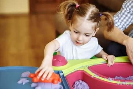 Une petite fille qui joue.
