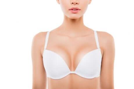 Les seins d'une femme.