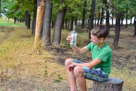 Un adolescent avec de l'alcool.