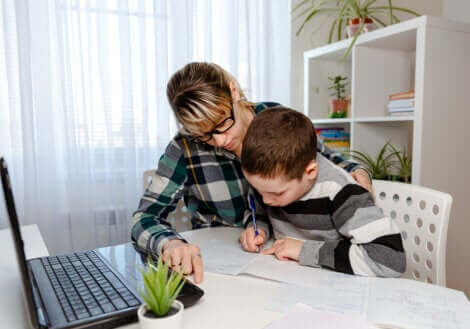 Un enfant qui fait ses devoirs.