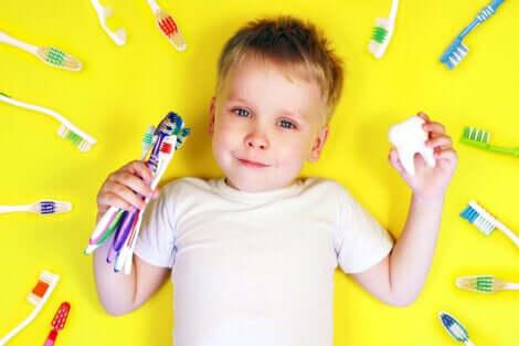 Un enfant entouré de brosses à dents.