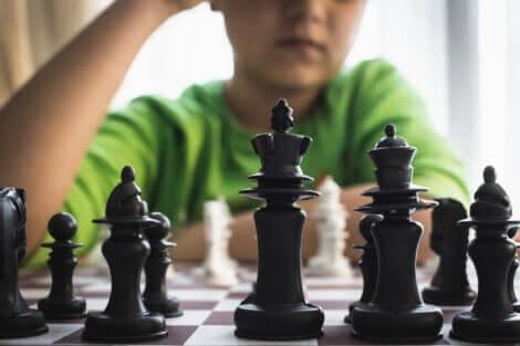 Un enfant qui joue aux échecs.