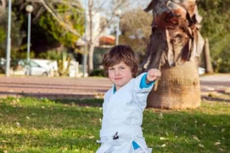 Un enfant qui fait du judo.