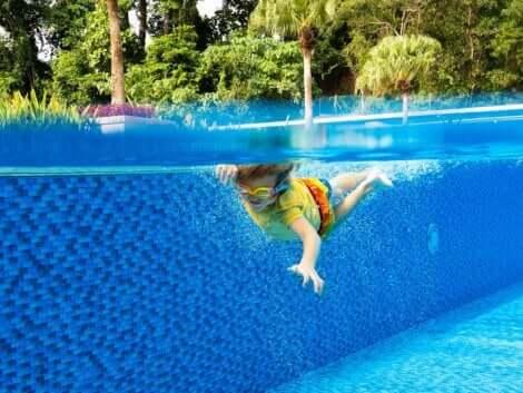 Un enfant qui fait de la natation