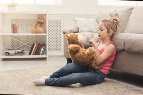 Mon enfant parle tout seul : dois-je m'en inquiéter ?