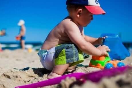 Un enfant qui joue sur la plage.