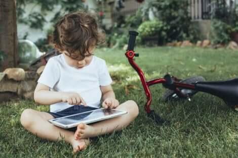 Un enfant utilisant une tablette.