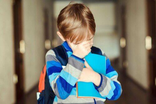 Un enfant triste qui souffre d'isolement au collège.