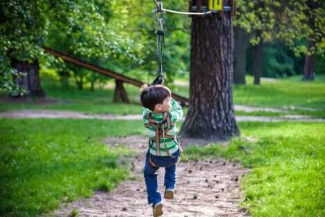Un enfant qui fait de la tyrolienne.