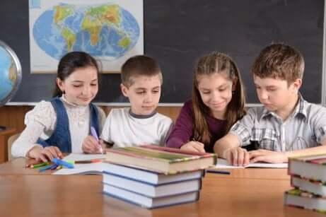 Des enfants qui étudient ensemble.