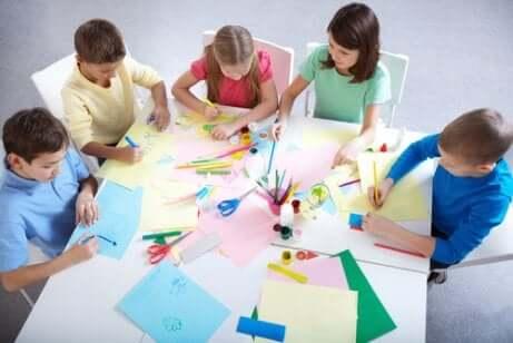 Des enfants qui travaillent en groupe.