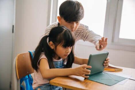 deux enfants qui regardent une tablette