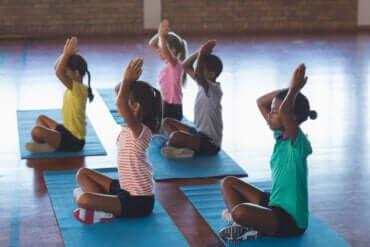 Le yoga en classe : clés et avantages