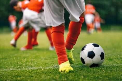 Un enfant qui joue au football.