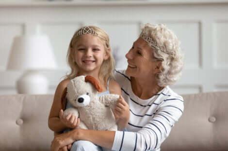Une grand-mère et sa petite-fille.